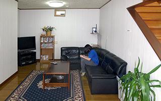 食堂を出るとテレビ、ビデオが視聴できるロビーがあり、パソコン及びインターネットをブロードバンド環境で御利用いただけます。P.C.持込で無線LAN接続も可能。